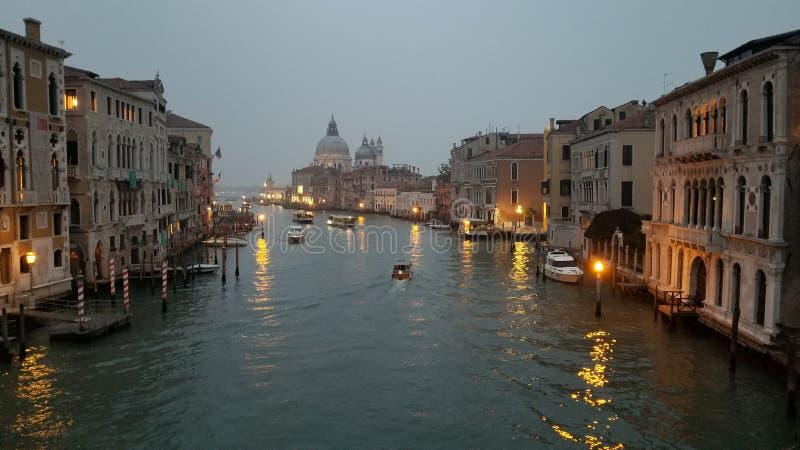 Venedig-Kanal an der Dämmerung stockbild
