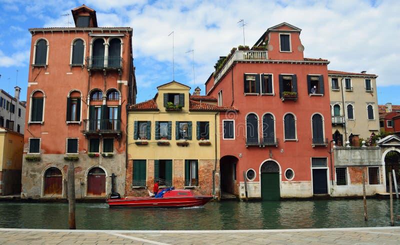 Venedig kanal med hus och fartyget royaltyfria bilder