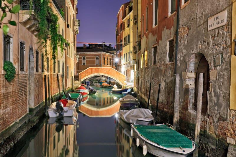 Venedig kanal på natten med härliga reflexioner fotografering för bildbyråer