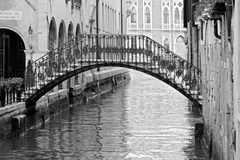 Venedig-Kanal am Sommer mit Gondel lizenzfreie stockfotografie