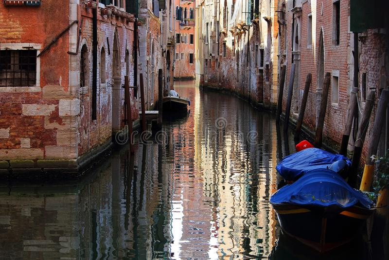 Venedig kanal vid dag i Italien arkivfoton