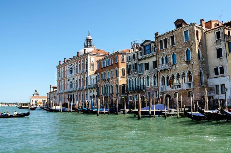 Venedig kanaler, med gondoler som förbluffar gamla byggnader arkivbild