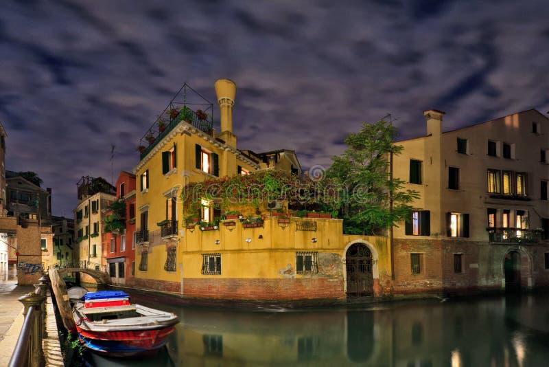 Venedig kanalplats på natten arkivbild