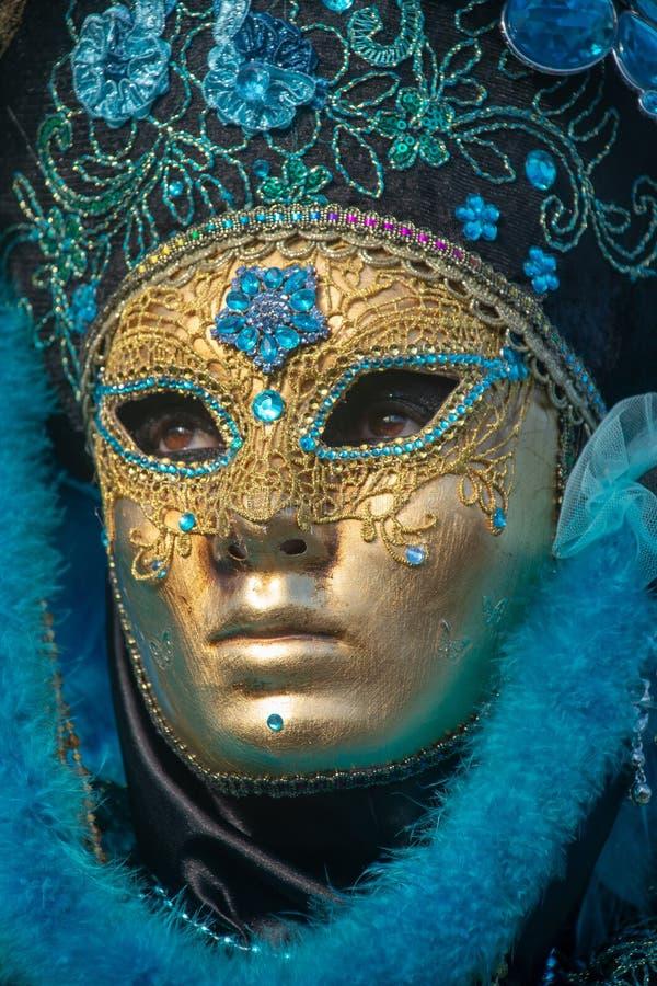 Venedig karneval, Italien Guld- och azur maskering arkivbilder