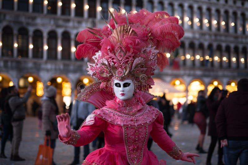 Venedig-Karneval 2019 Quadrat Sans Marco Venetianisches verdecktes Modell auf den Laguna-Straßen lizenzfreies stockfoto