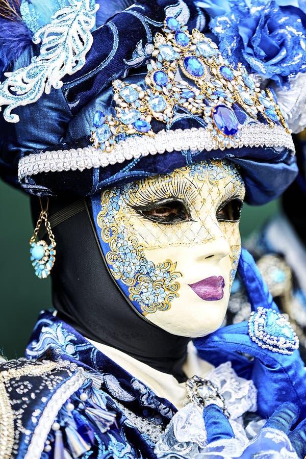 Venedig karneval 2017 rött venetian för svart karnevaldräkt venetian karnevalmaskering italy venice Venetian blå karnevaldräkt arkivbild