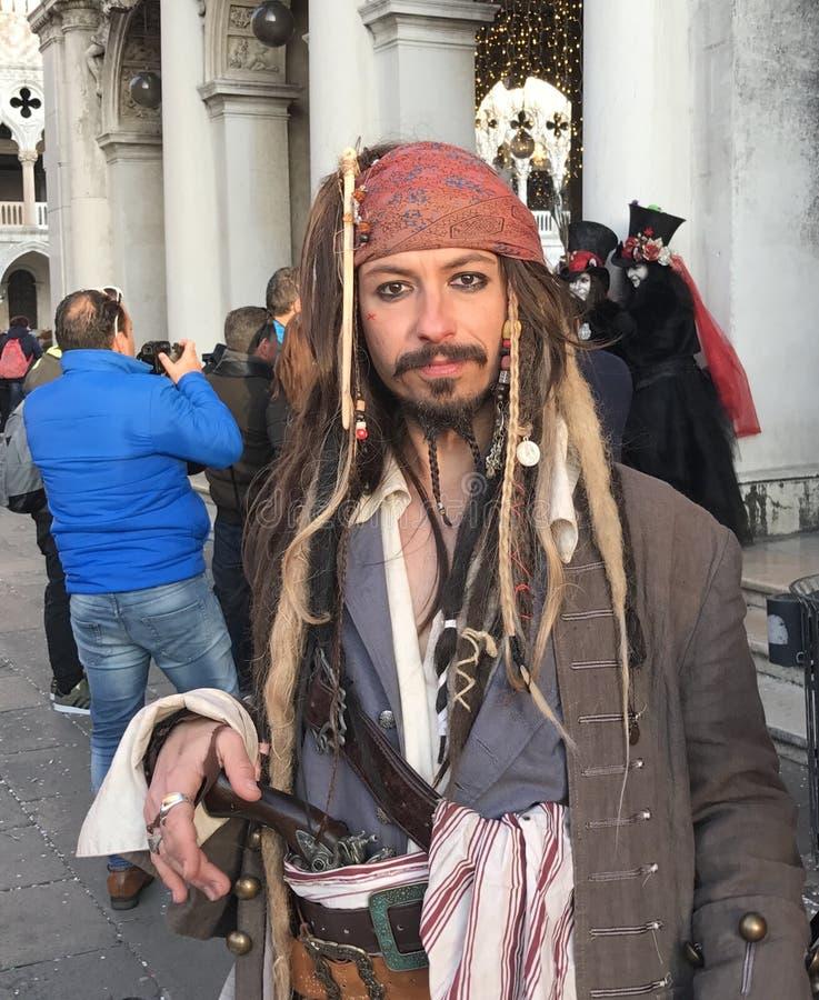 Venedig-Karnevals-Teilnehmer, der als Kapitän Jack Sparrow aufwirft lizenzfreie stockfotos