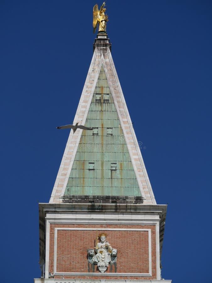 Venedig - klockatorn i San Marco den kyrkliga domkyrkan arkivbilder