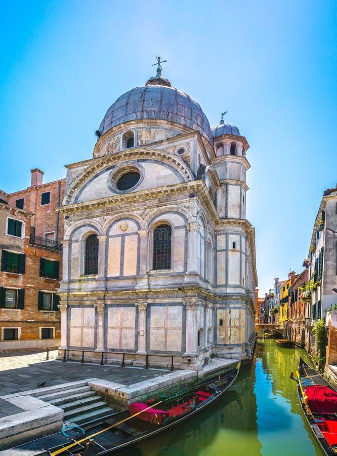 Venedig kyrktar den Santa Maria deien Miracoli, gondoler och vattenkanalen royaltyfria bilder