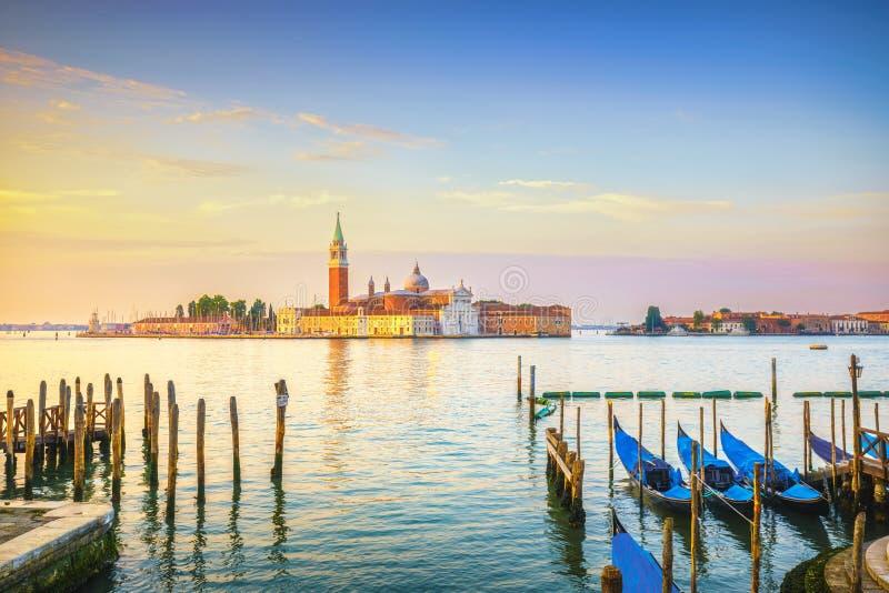 Venedig lagun, San Giorgio kyrka, gondoler och poler italy royaltyfri bild