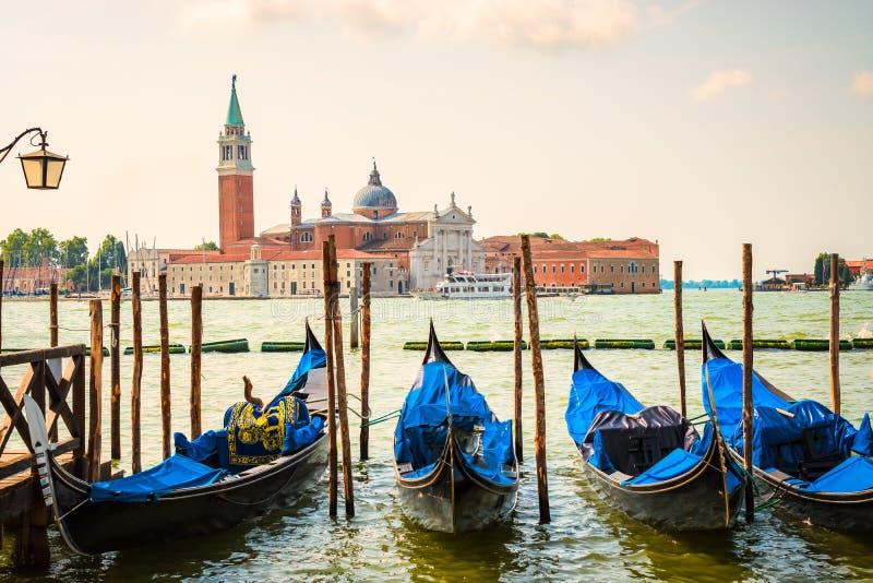 Venedig med gondoler och kyrka av San Giorgio Maggiore arkivbild
