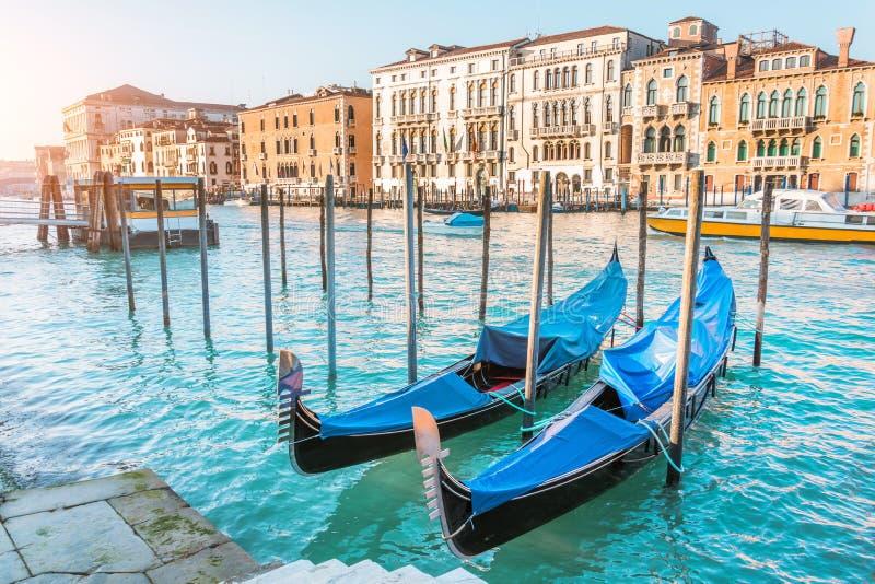 Venedig med gondoler på Grand Canal och typiska stadshus fotografering för bildbyråer