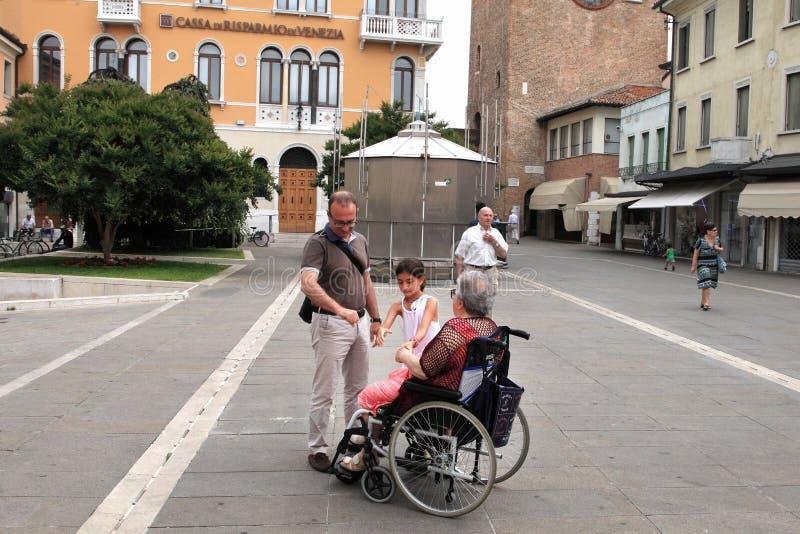 VENEDIG MESTRE-Juni 29, 2014: Rörelsehindrad farmor i en wheelcha arkivbilder
