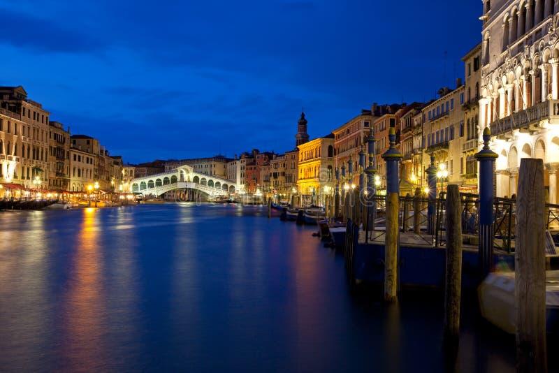 Venedig nachts auf dem Kanal groß stockbild