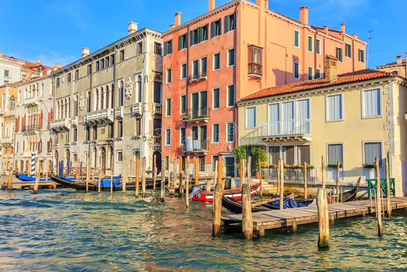 Venedig pir för gondoler i Grand Canal, Italien arkivfoto