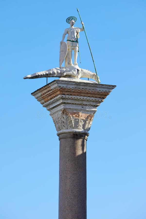 Venedig San Todaro staty på kolonn i solig dag i Italien royaltyfri bild