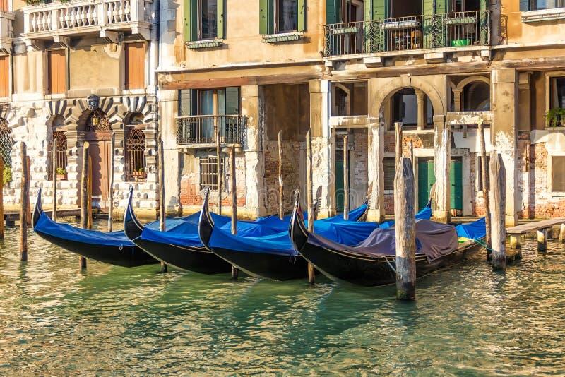 Venedig slott med förtöjde gondoler, Grand Canal, Italien royaltyfria bilder