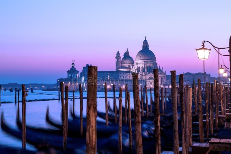 Venedig solnedgångpanorama Skymningseascape, romantisk purpurfärgad himmel arkivbild