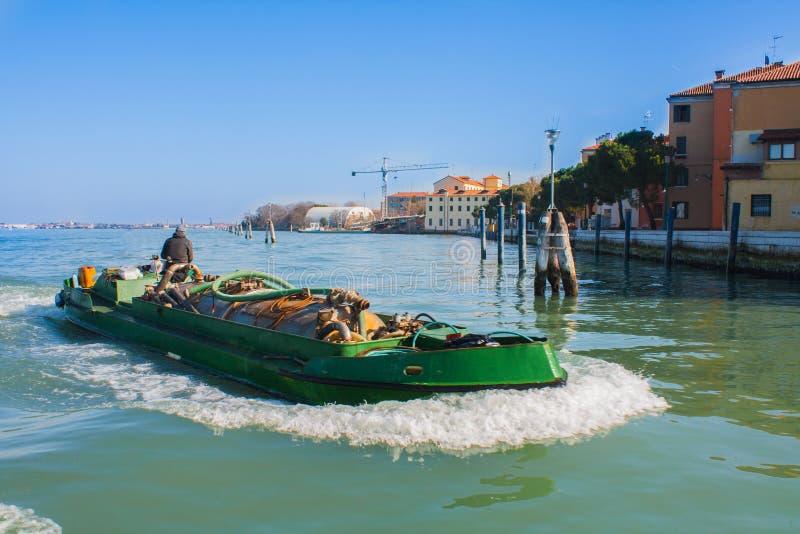 Venedig stad av Italien Sikt på den tekniska skeppskytteln Venetian landskap med fartyget royaltyfri foto