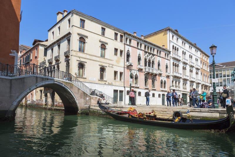 Venedig Stads- landskap med kanalen, bro, gondol, turister royaltyfri foto
