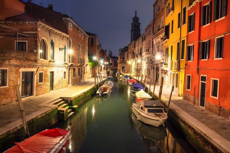 Venedig-Stadtbild nachts, Italien Venezia-Stadt belichtet durch Laternen Venetianischer Kanal mit Booten stockfotografie