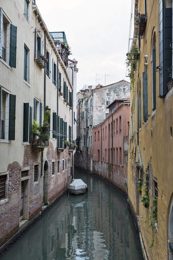 Venedig-Stadtbild, schmaler Wasserkanal und traditionelle Gebäude lizenzfreie stockfotografie