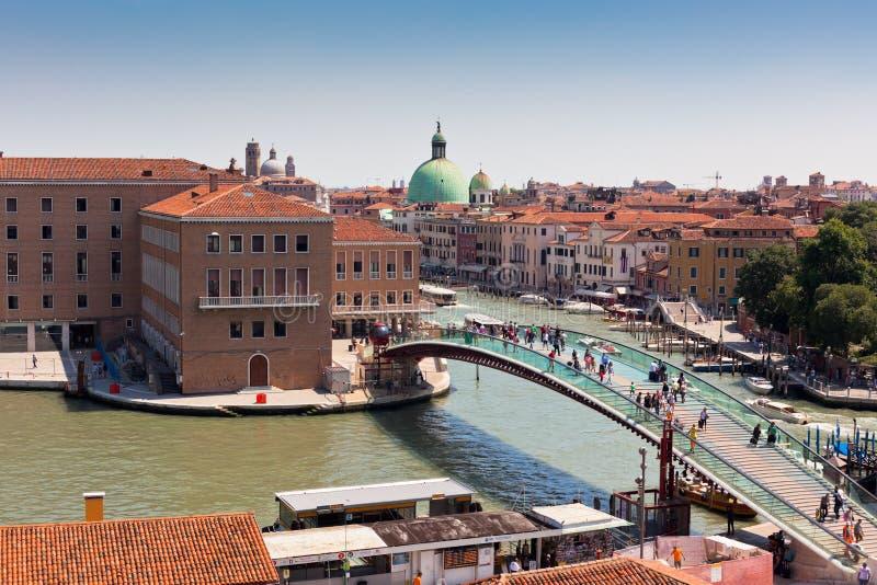 Venedig-Stadtbild und die Konstitutions-Brücke stockbild