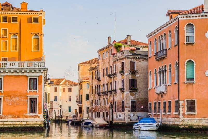 Venedig-Stadtbild - Wohnhäuser und Boote auf Wasserkanal stockfotografie