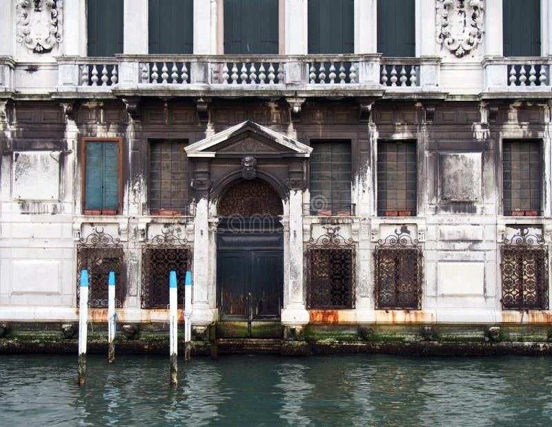 Venedig stort vitt gammalt bygga tillsammans med en kanal royaltyfria bilder