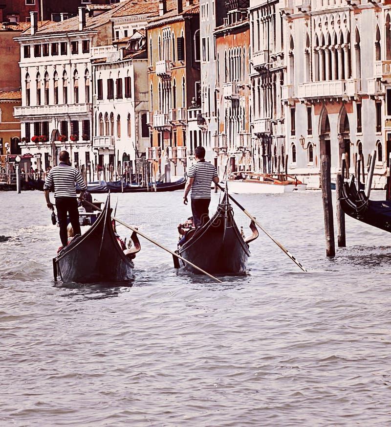 Venedig två gondoler på Grand Canal royaltyfri foto
