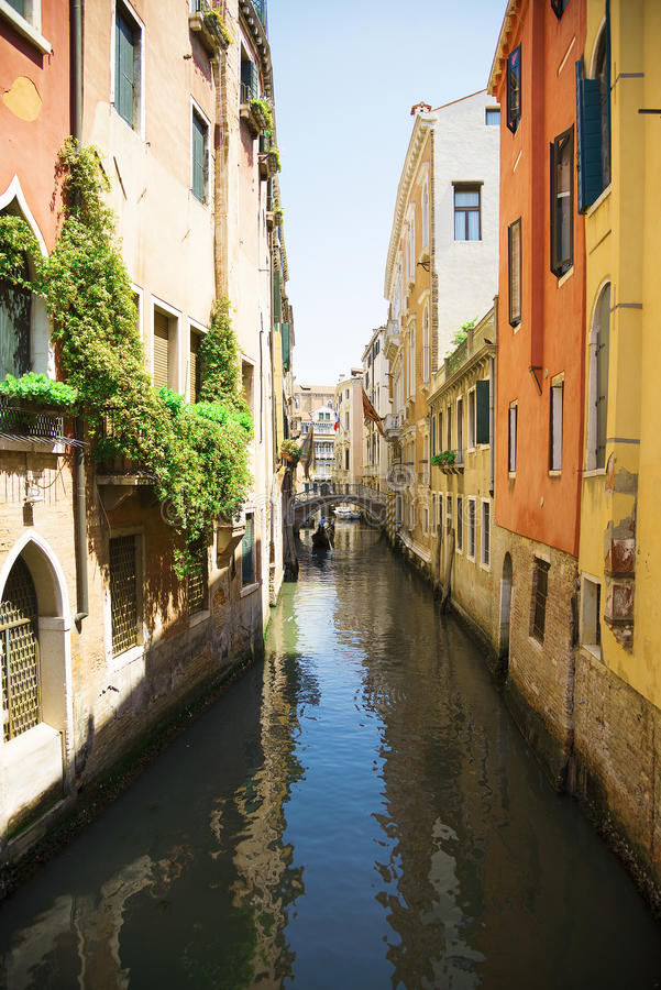 Venedig, Venetien, Italien Sehr schmaler Kanal Eine typische Gasse des alten Teils der Insel von Venedig stockfotografie