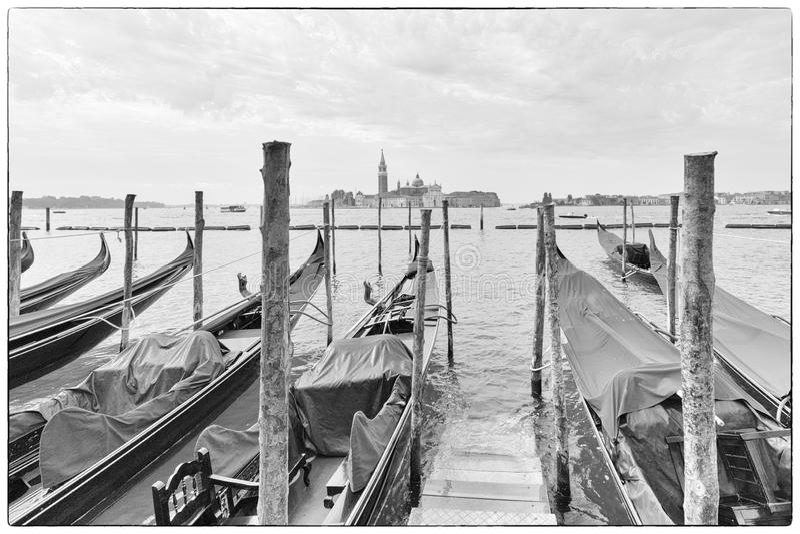 Venedig/vit sikt för svart & av flodkanalen och de traditionella venetian fartygen arkivfoto