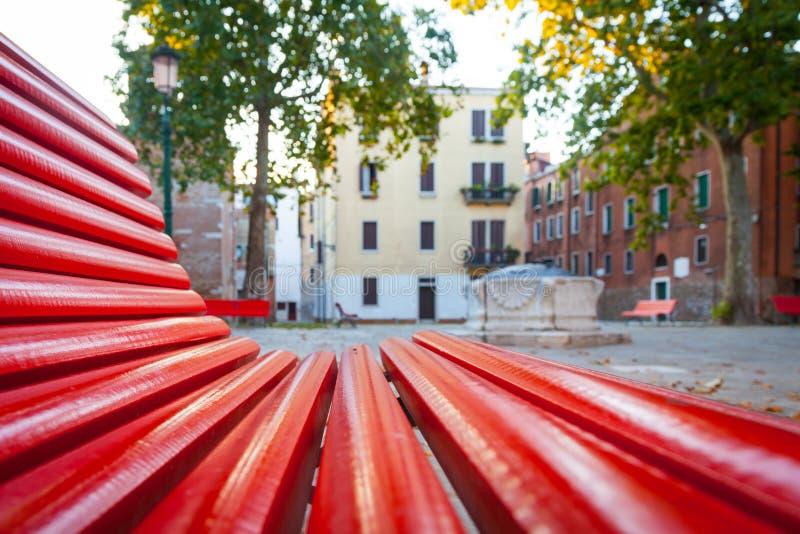 Venedig von einer roten Bank lizenzfreie stockfotografie