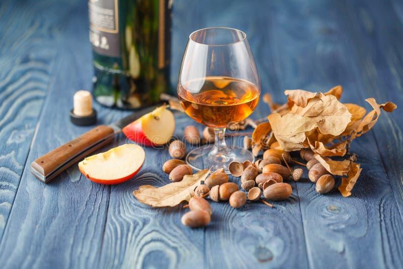 Venerdì si rilassa la sera con il whiskey e le mele immagini stock libere da diritti