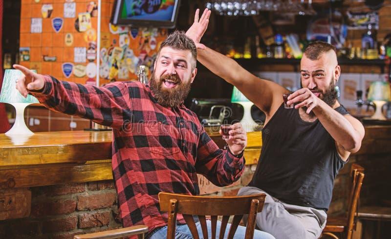 Venerd? si rilassa in pub Incoraggia il concetto Alcool bevente dell'uomo barbuto brutale dei pantaloni a vita bassa con l'amico  immagine stock libera da diritti