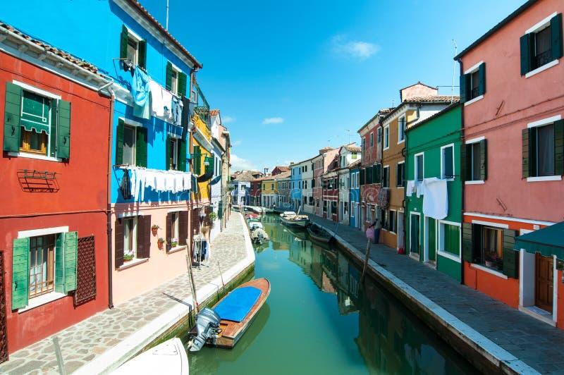 Venetië, Burano-eiland - Gekleurd huizen en kanaal stock afbeelding