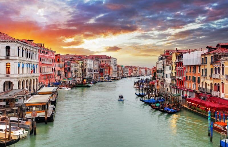Venetië - de brug en Grand Canal van Rialto stock afbeeldingen