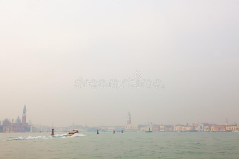 Venetië, de Venetiaanse Lagune met een boot stock foto