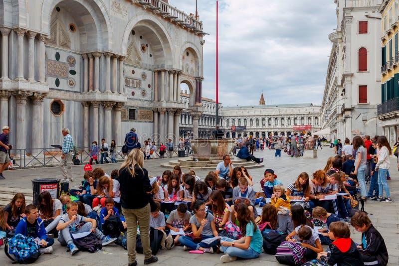 Venetië Een groep kinderen op het vierkant van St Mprka stock afbeeldingen