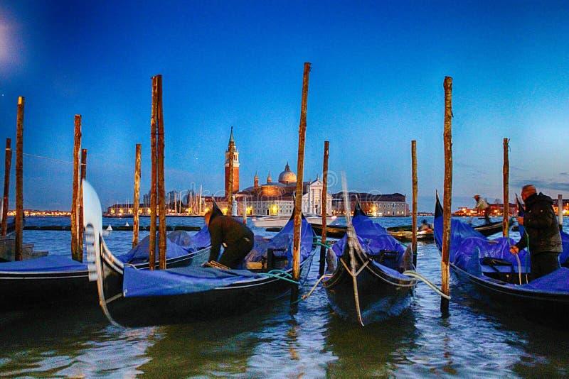 Venetië - Gondels en Gondelieren stock fotografie
