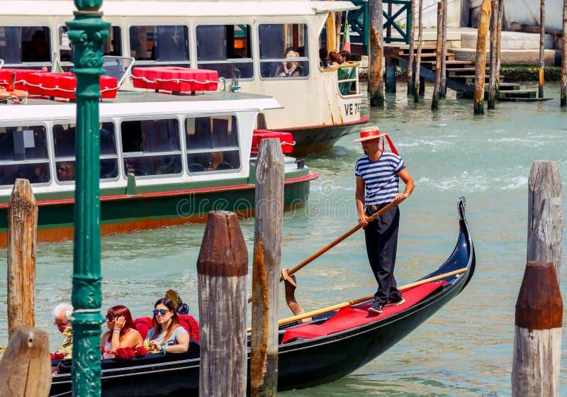 Venetië Het lopen op de gondel royalty-vrije stock foto's