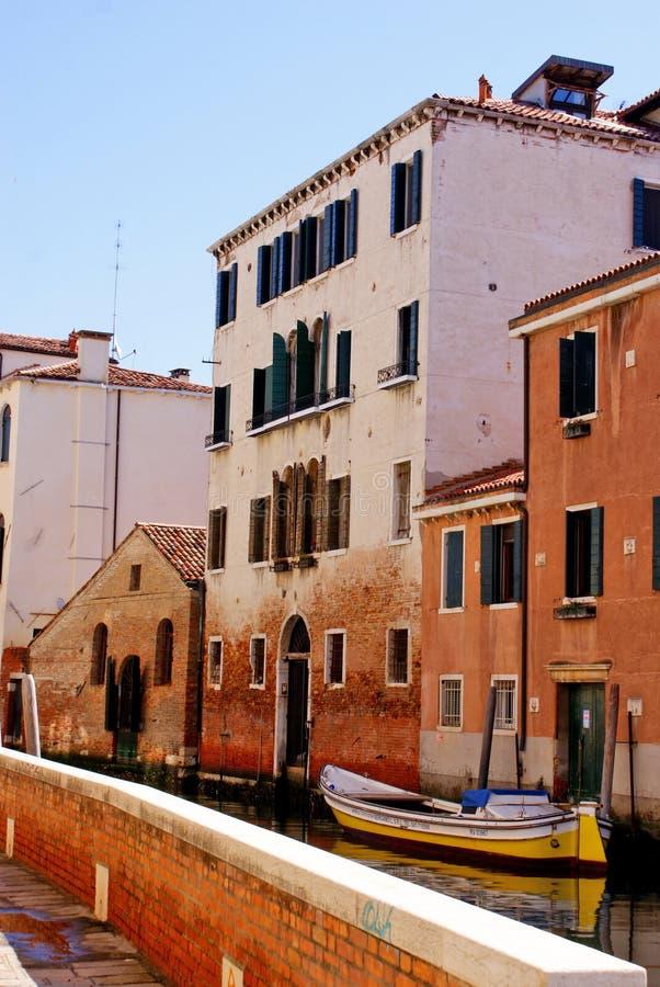 VENETIË, 27,2019 ITALIË-APRIL: Het oude deel van Venetië, met zijn kleurrijk huis-groot Kanaal in VENETIË, royalty-vrije stock foto's