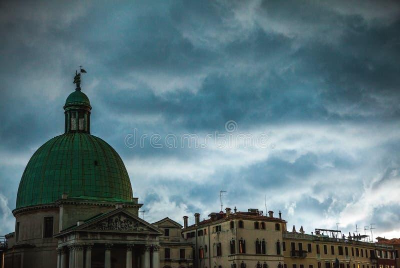 VENETIË, ITALIË - AUGUSTUS 19, 2016: Kleurrijke voorgevels van oude middeleeuwse gebouwen tegen dramatische onweerswolken een dag royalty-vrije stock afbeelding
