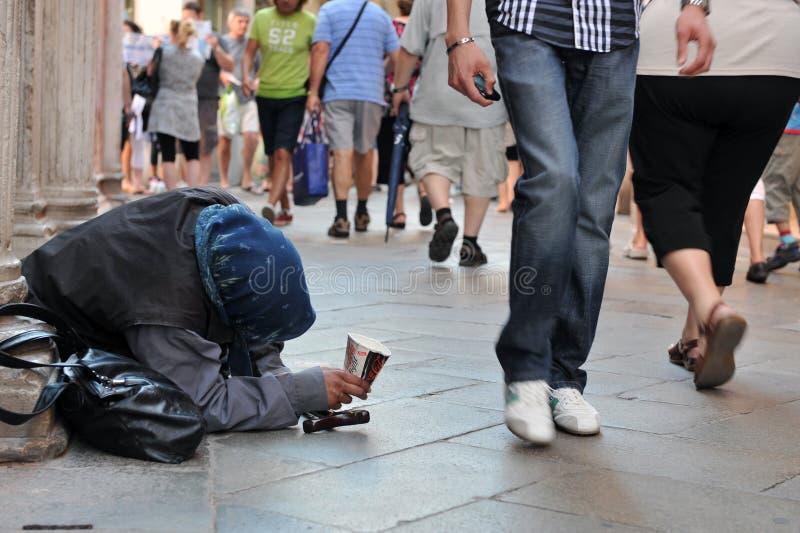 Venetië, Italië 9 augustus 2011: Oudere slechte vrouw die voor geld in de straten bedelen royalty-vrije stock foto