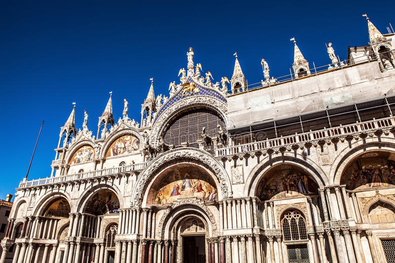 VENETIË, ITALIË - AUGUSTUS 18, 2016: Piazza San Marco met de Basiliek van het Teken van Heilige en de klokketoren van St Campanil royalty-vrije stock afbeeldingen