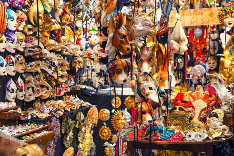 25 04 2017 Venetië, Italië Binnen een traditionele maskerwinkel in Veni stock afbeelding