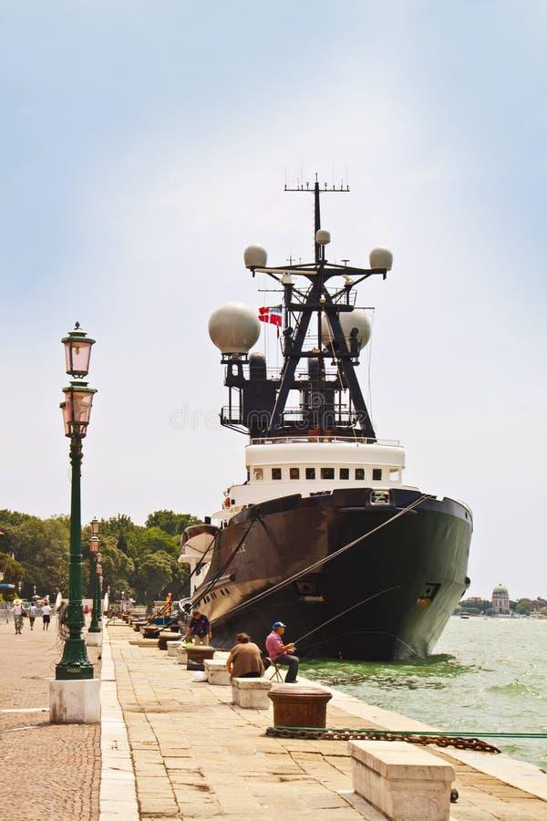 Venetië, Italië die - die jacht opleggen voor I Giardini wordt vastgelegd royalty-vrije stock foto's