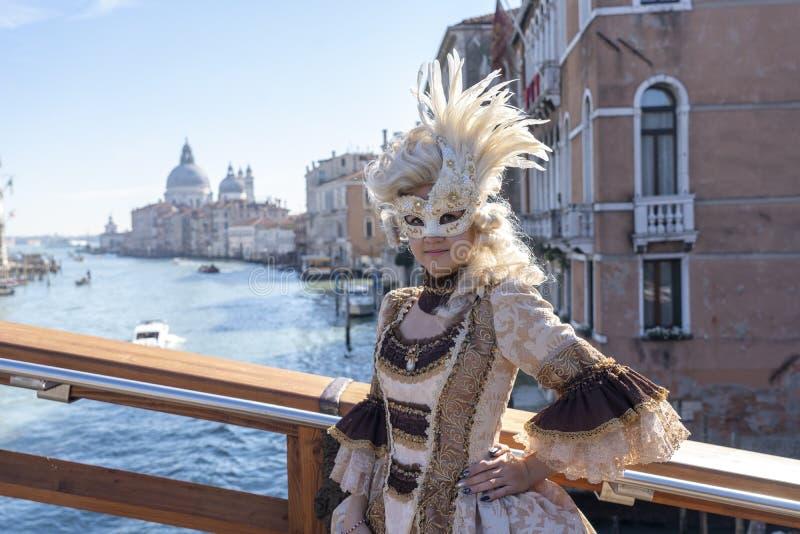 Venetië, Italië: 26 februari 2019 : Venetië carnaval 2019 Venetian Carnival Costume Venetian Carnival Mask Venetië, Italië stock afbeeldingen