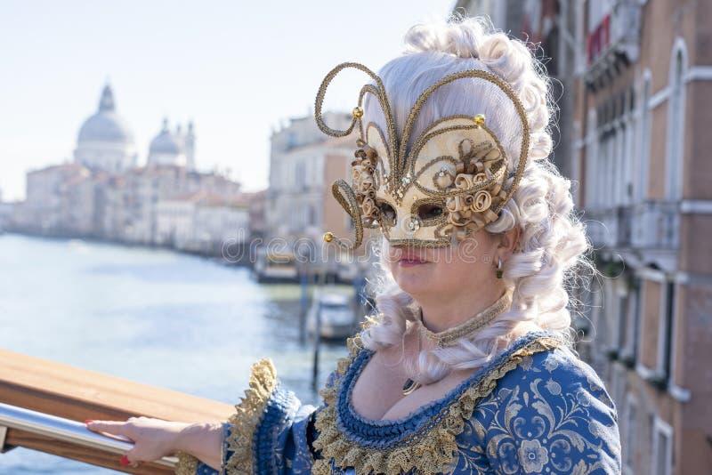 Venetië, Italië: 26 februari 2019 : Venetië carnaval 2019 Venetian Carnival Costume Venetian Carnival Mask Venetië, Italië stock fotografie