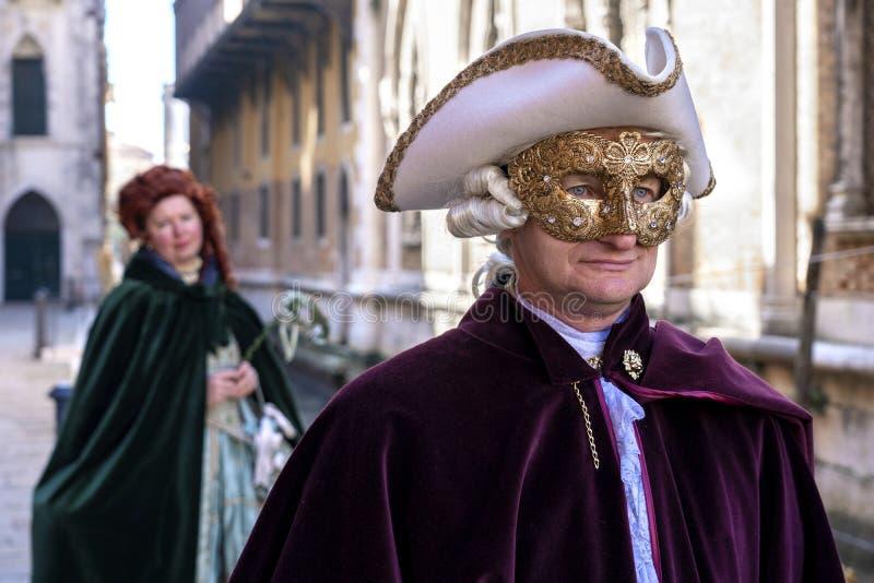 Venetië, Italië: 26 februari 2019 : Carnavalmasker Mensen in maskers en kostuums op Venetiaanse carnaval Kleurstofvaten op een royalty-vrije stock afbeeldingen